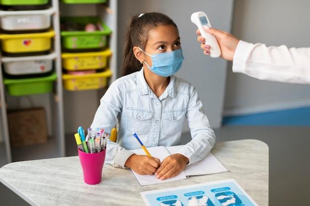 Mesures de température en classe pendant la pandémie