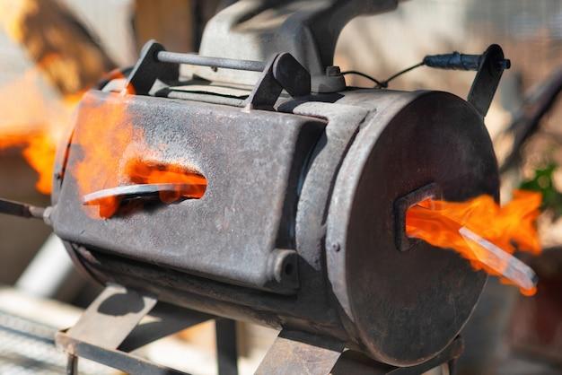 Métal en fusion dans une petite forge portable.