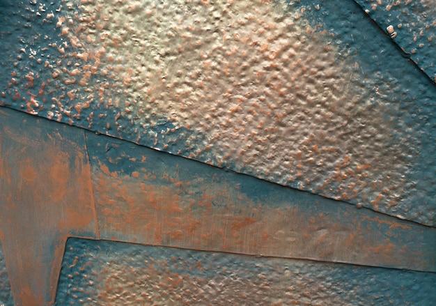 Métal grunge avec des morceaux de plaque peints de couleur grise et rouille.