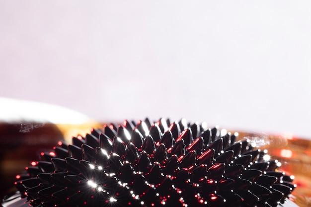 Métal liquide ferromagnétique scintillant avec espace de copie