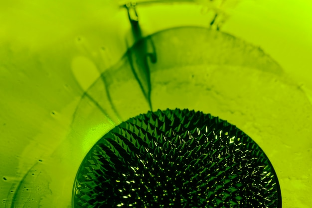 Métal liquide ferromagnétique vert mince avec espace de copie