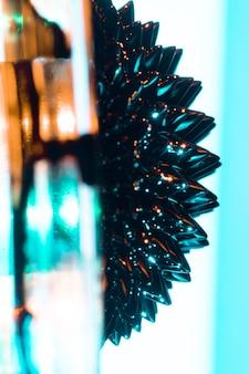Métal en miroir ferromagnétique abstrait sur le côté