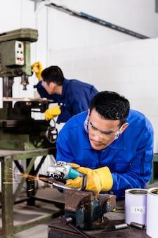 Métallurgistes dans le broyage d'ateliers industriels