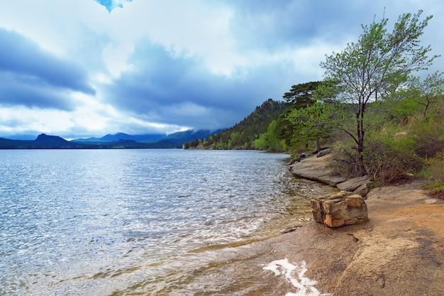 Météo sur le lac borovoe dans le parc naturel national burabai au kazakhstan.