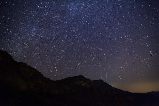 Meteor geminid dans le ciel nocturne