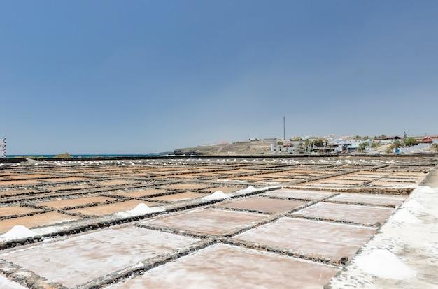 Méthodes traditionnelles de production de sel de mer à salinas del carmen, fuerteventura. production à partir d'eau de mer