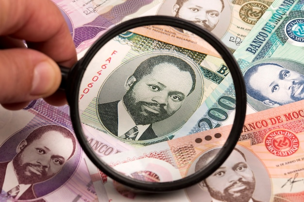 Metical mozambicain dans une loupe une expérience en affaires