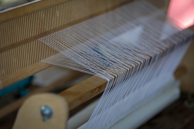 Métier à tisser en bois comme équipement pour la fabrication manuelle de tissus