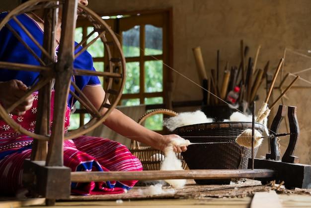 Métier à tisser traditionnel pour vêtements en laine. flou artistique