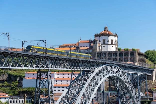 Métro de porto passant sur le pont de fer de d luis i, avec la serra do pilar en arrière-plan.