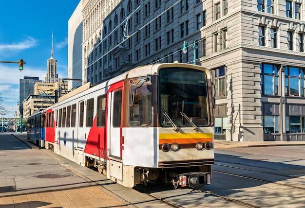 Metro rail sur la rue main à buffalo