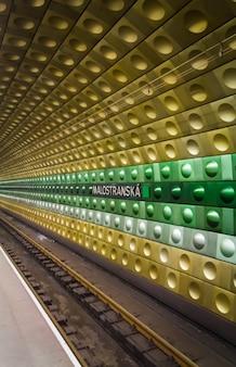 Métro souterrain de prague, en république tchèque. gare de malostranska.