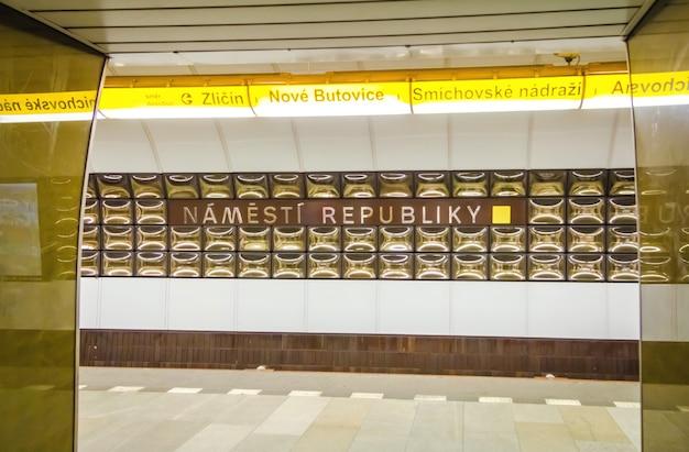 Métro souterrain de prague, en république tchèque. gare de namesti republiky.