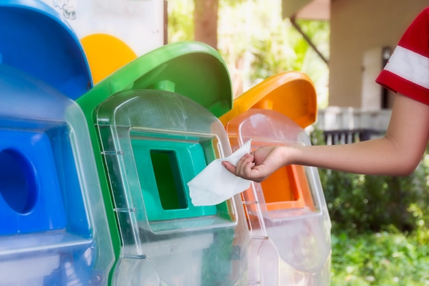 Mettez les ordures à la poubelle selon la classification des ordures concept de sécurité environnementale