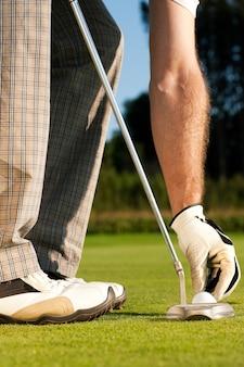 Mettre la balle de golf en coupe