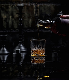 Mettre un bon verre de whisky scotch