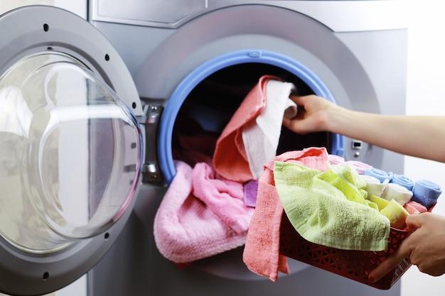 Mettre le chiffon dans la laveuse