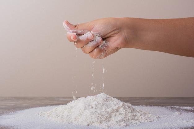 Mettre de la farine tout usage pour faire de la pâte