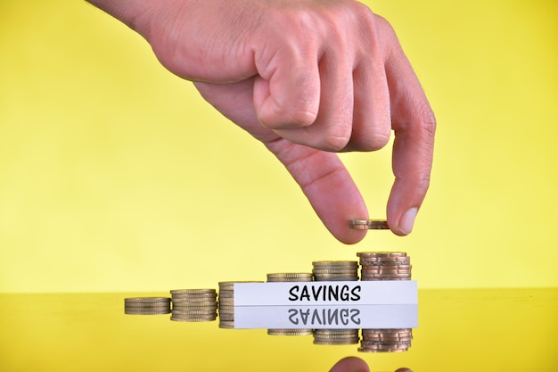 Mettre à la main l'utilisation des pièces pour le concept de banque financière de l'argent