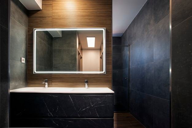 Meuble-lavabo double en marbre avec miroir avec lumière dans un design de salle de bain gris et marron
