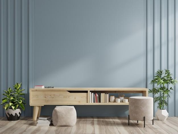 Meuble de télévision dans une salle vide moderne sur fond de mur bleu foncé.
