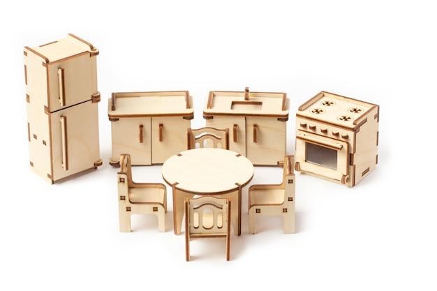 Meubles de cuisine en bois miniature jouet se dresse sur un blanc