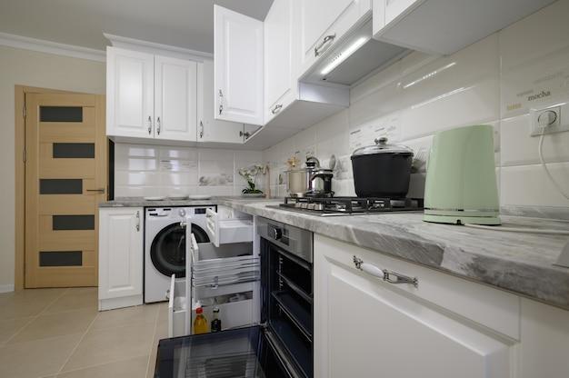 Meubles de cuisine modernes blancs de luxe avec portes ouvertes