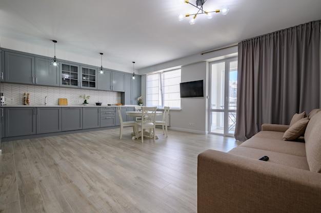 Meubles de cuisine modernes gris et blancs à la mode dans un studio
