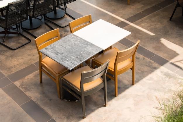 Meubles de jardin chaises et table sur la terrasse