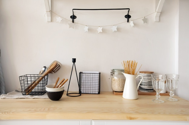 Meubles et vaisselle dans la cuisine