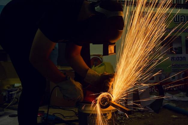 Meulage électrique des roues coupant sur acier. étincelles de coupe