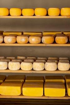 Meules à fromage affiné sur des étagères