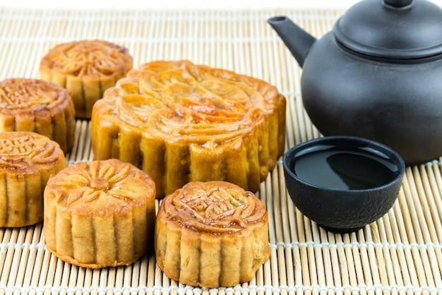 Mi-automne festival gâteau de lune sur tablemat en bambou. nourriture du festival chinois mi automne.