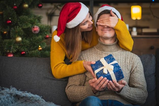 Mi coup femme surprenant homme avec cadeau
