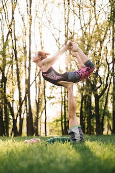 Mi homme adulte, équilibrage femme sur sa jambe pendant l'exercice