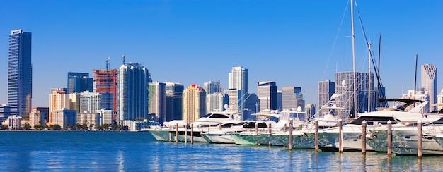 Miami south beach marina avec skyline, usa