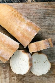 Miche de baguette de blé coupée en tranches