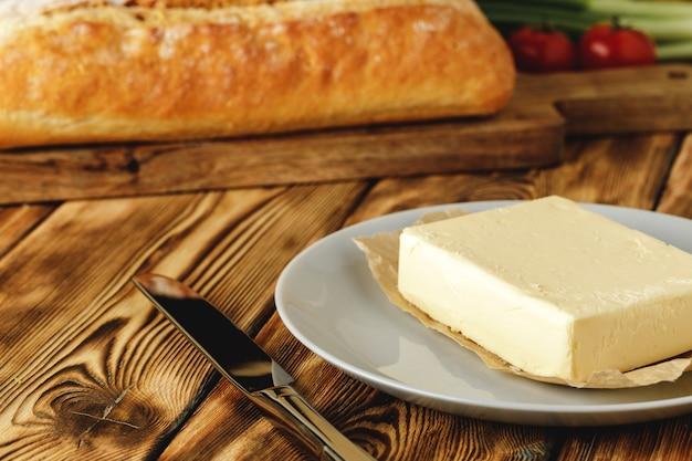 Miche de pain au four avec barre de beurre