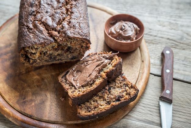 Miche de pain banane-chocolat avec crème au chocolat