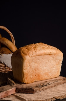 Miche de pain blanc traditionnel avec espace copie sur fond noir