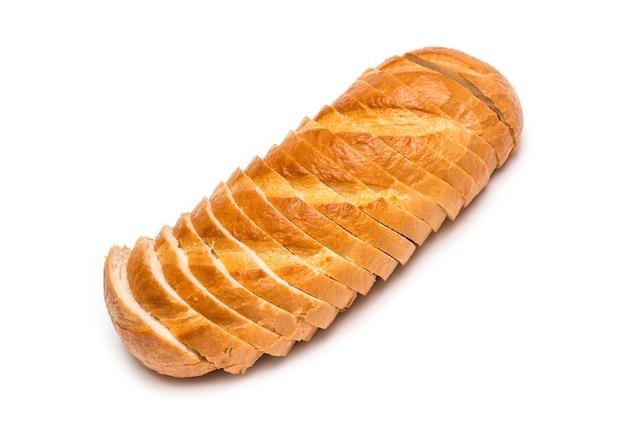 Miche de pain de blé tranché sur fond blanc