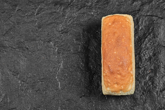 Miche de pain carrée isolée.