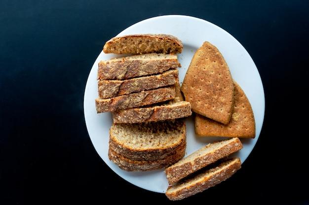 Miche de pain complet fait maison sur une plaque blanche