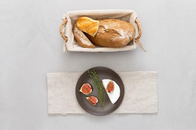 Une miche de pain et des figues sur une assiette