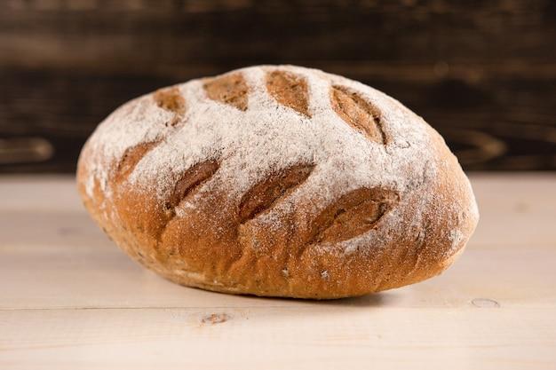 Une miche de pain frais sur un fond en bois