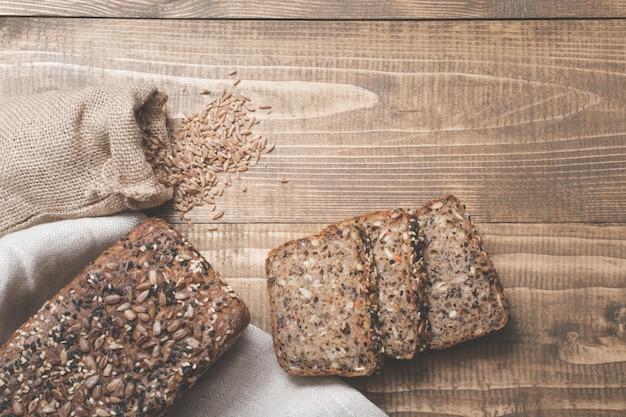 Miche de pain frais avec des tranches.