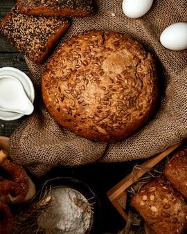 Une miche de pain avec des graines de tournesol
