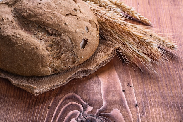 Miche de pain et oreilles de rie à bord vintage