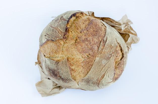 Miche de pain rustique sur blanc