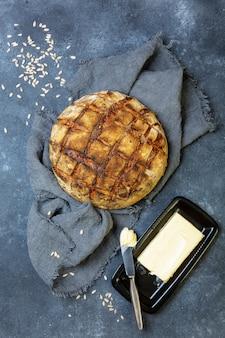 Miche de pain rustique avec graines et beurre